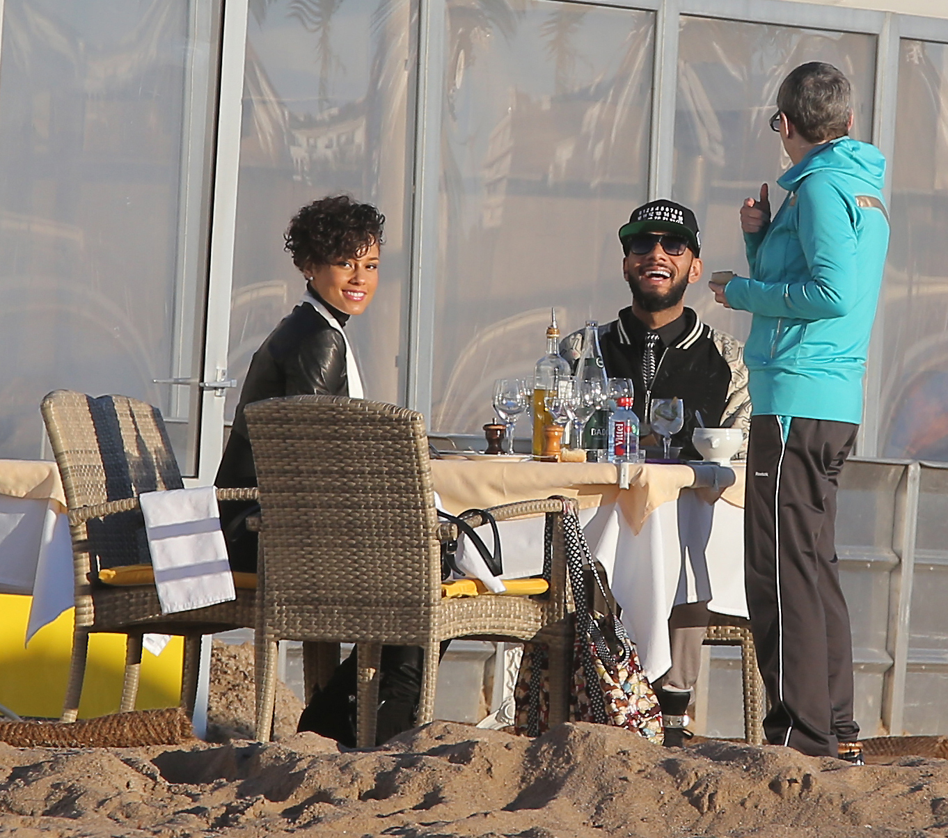Alicia Keys Swizz Beatz dining on the beach
