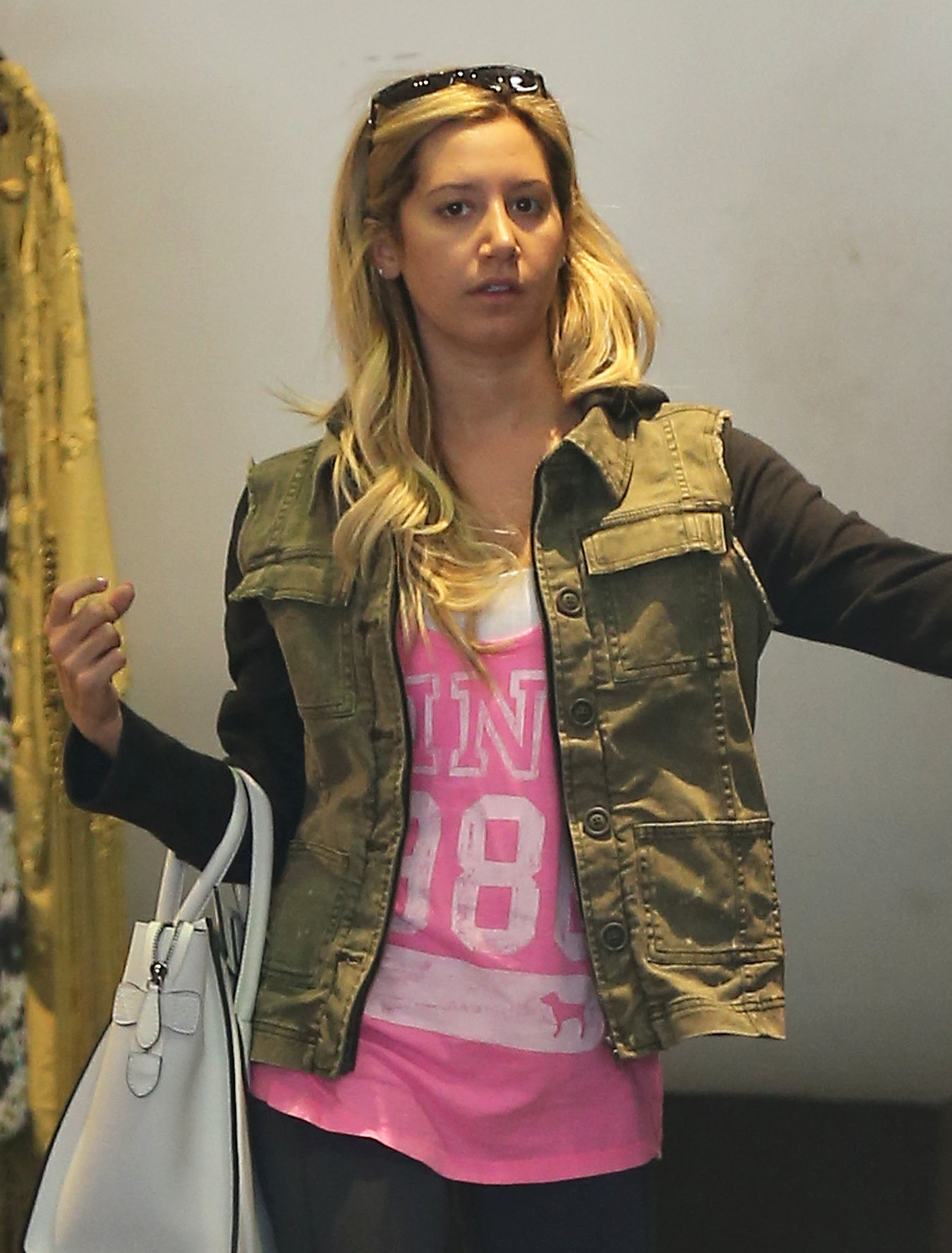 Ashley tisdale pink shirt without makeup