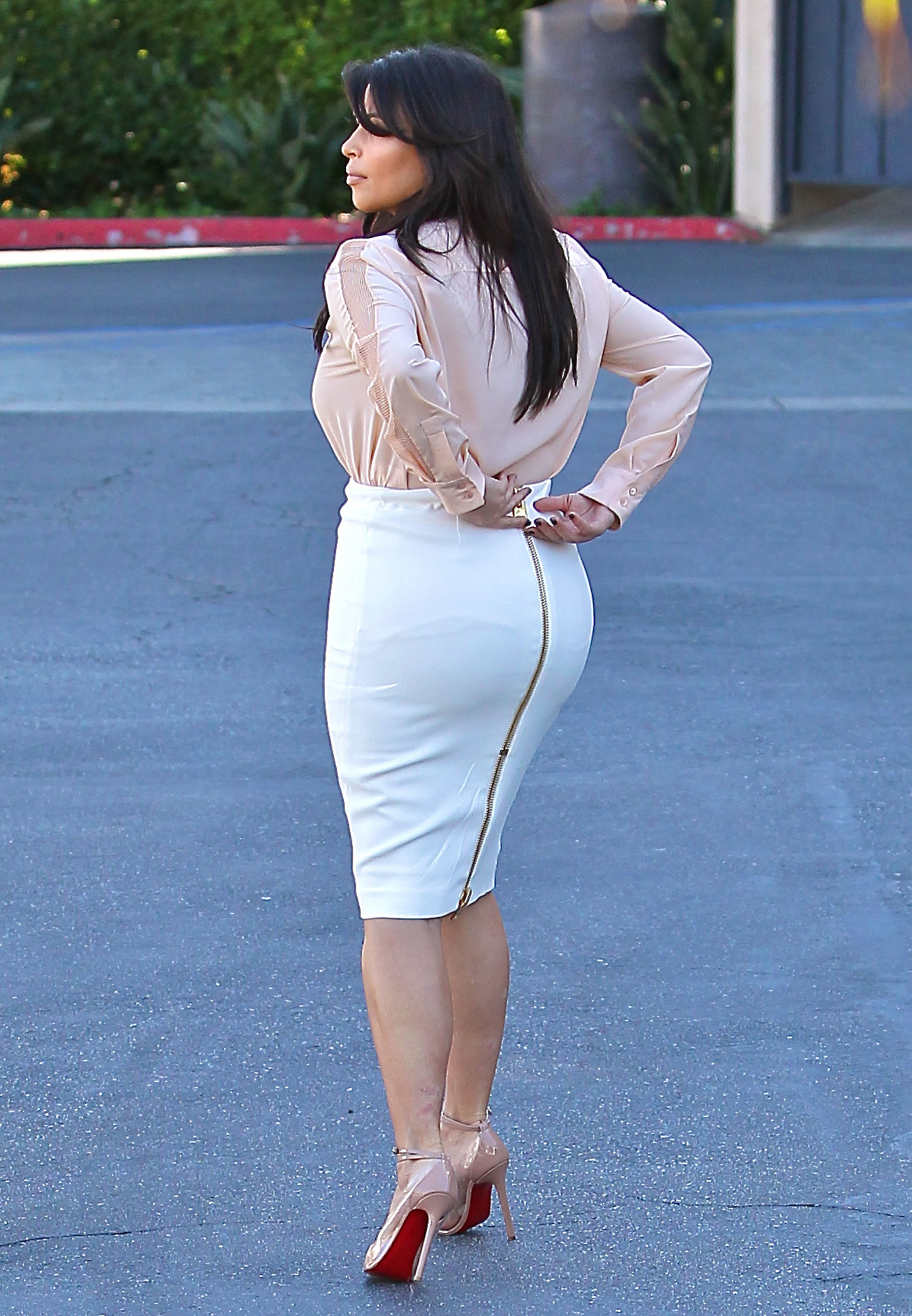 Kim Kardashian tight skirt