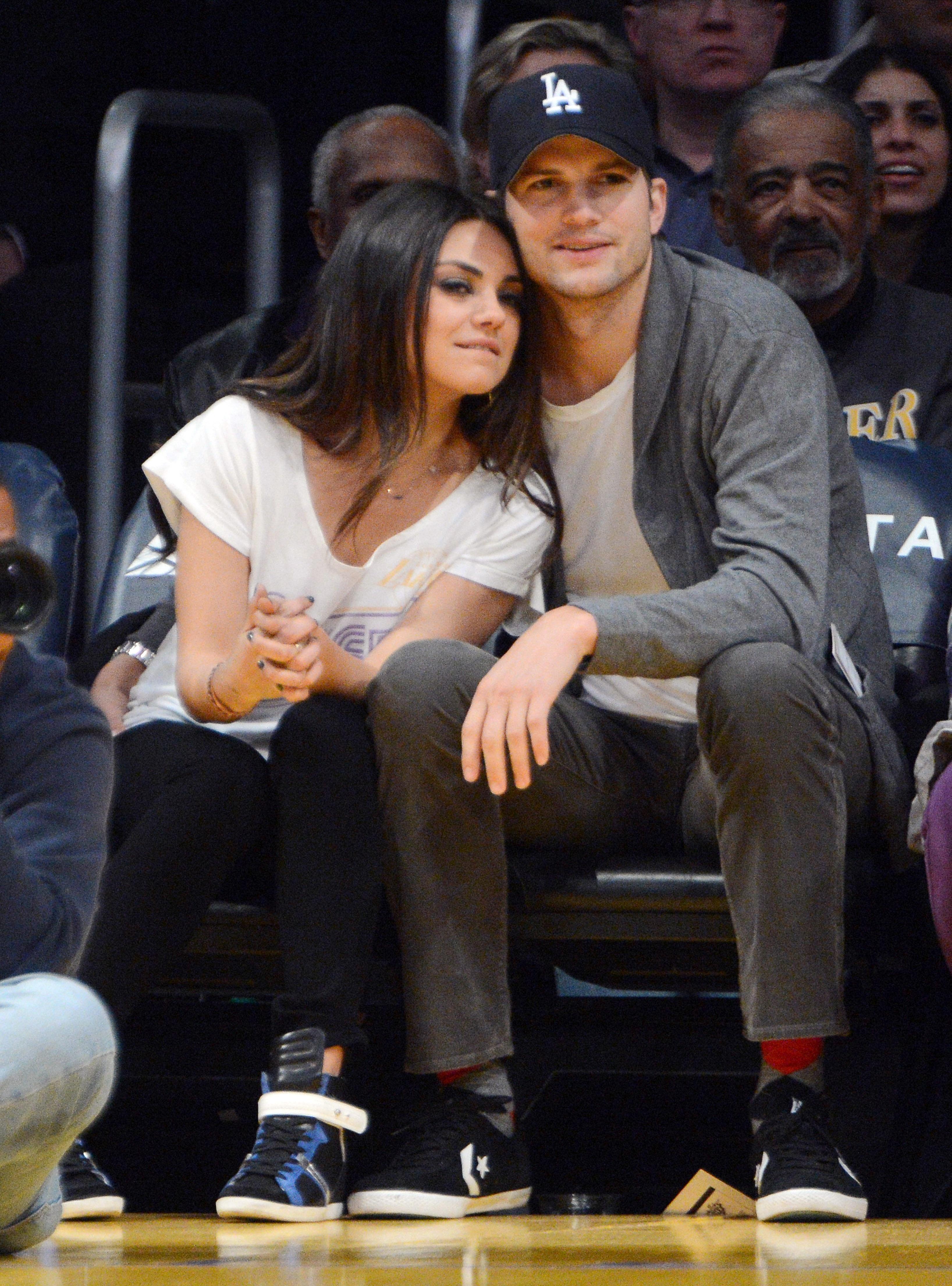 Mila Kunis_Ashton Kutcher_Lakers