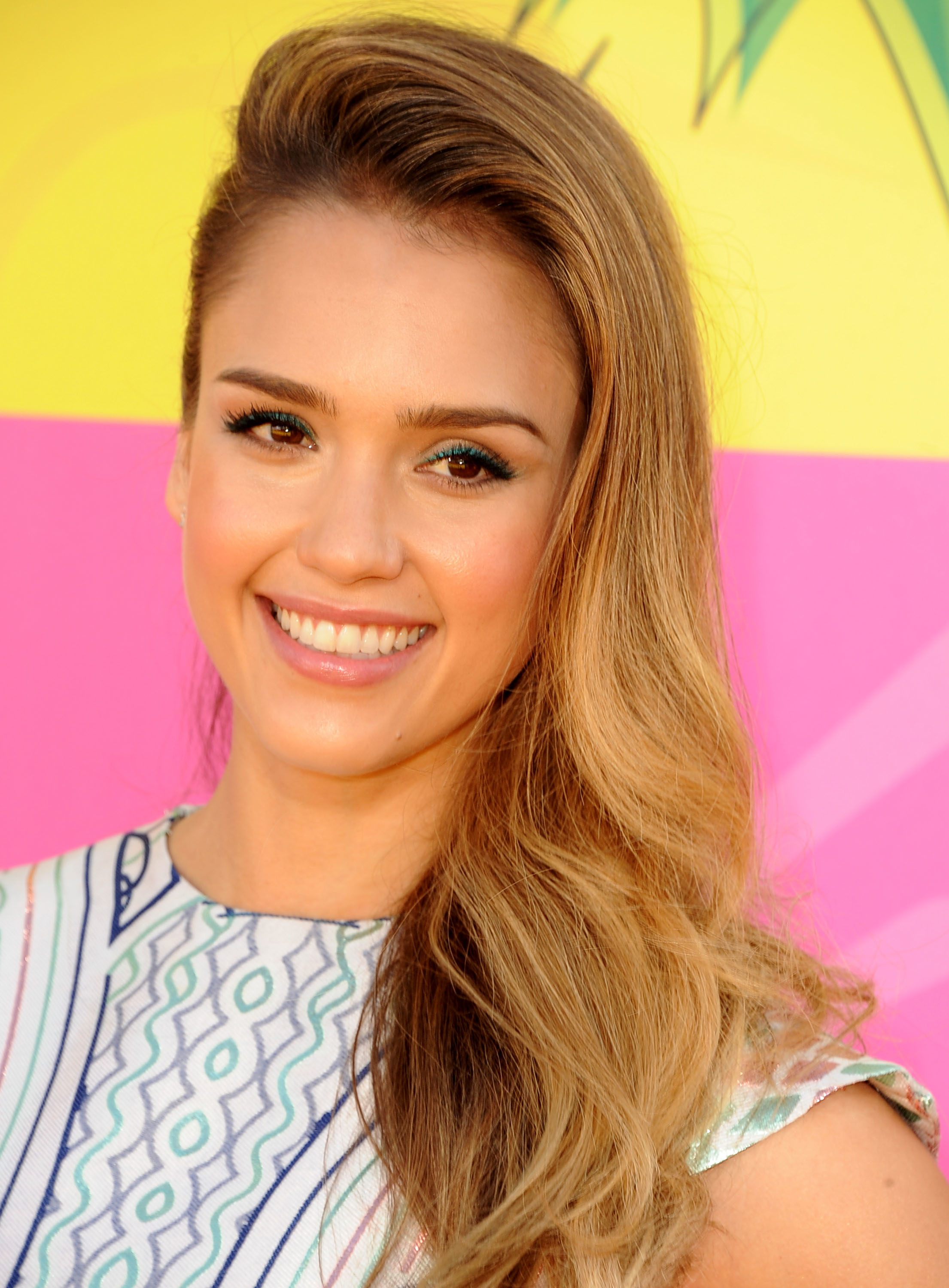 Jessica Alba side part hair