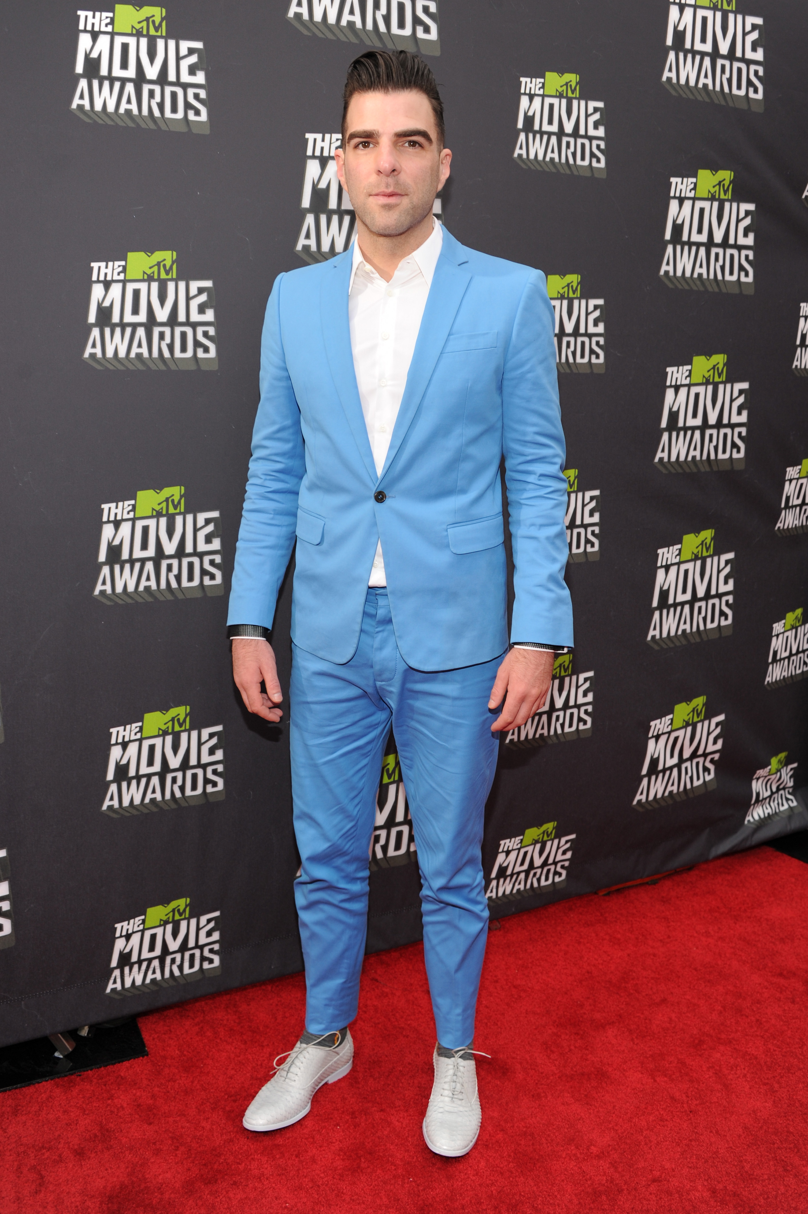 Zacahry Quinto blue suit mtv movie awards