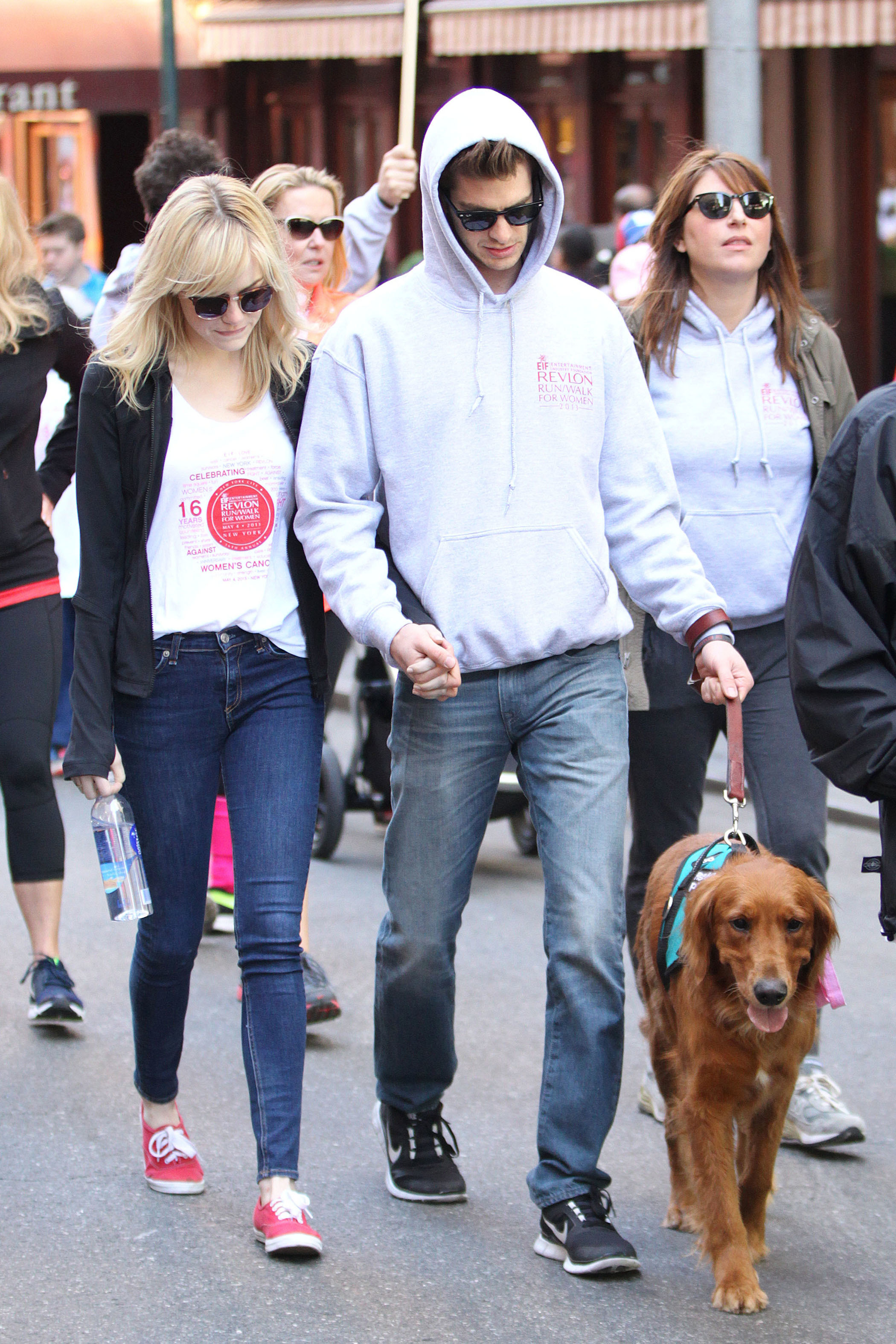 emma stone andrew garfield dog walking