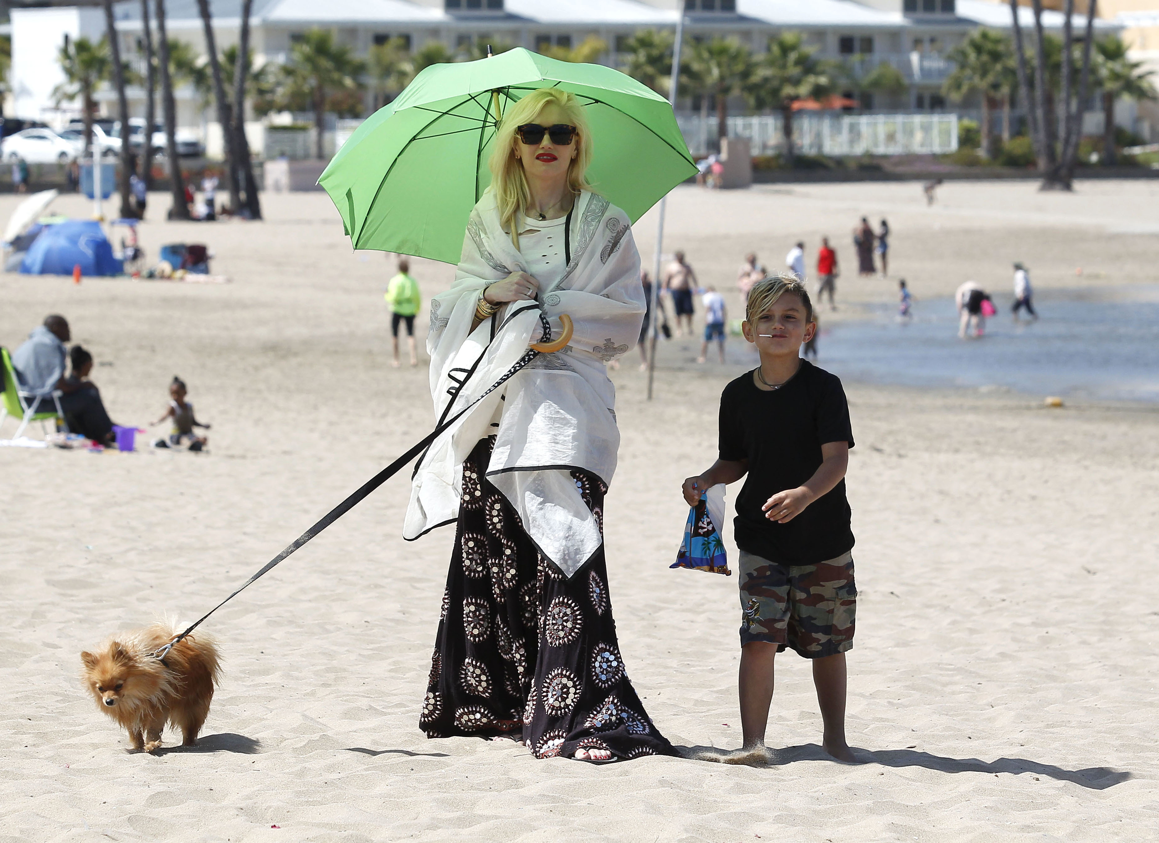 Gwen Stefani green umbrella beach
