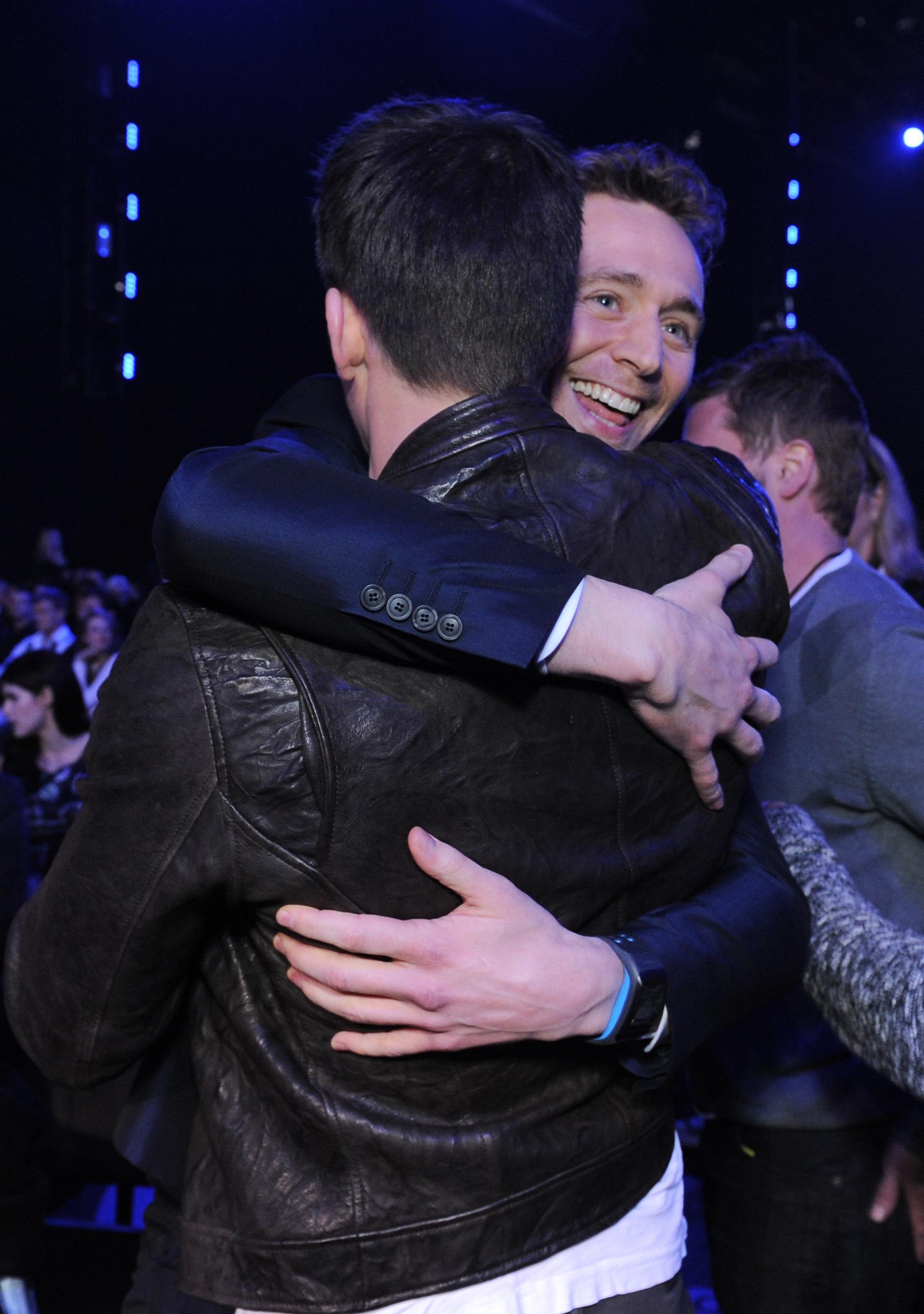 chris evans tom hiddleston hug