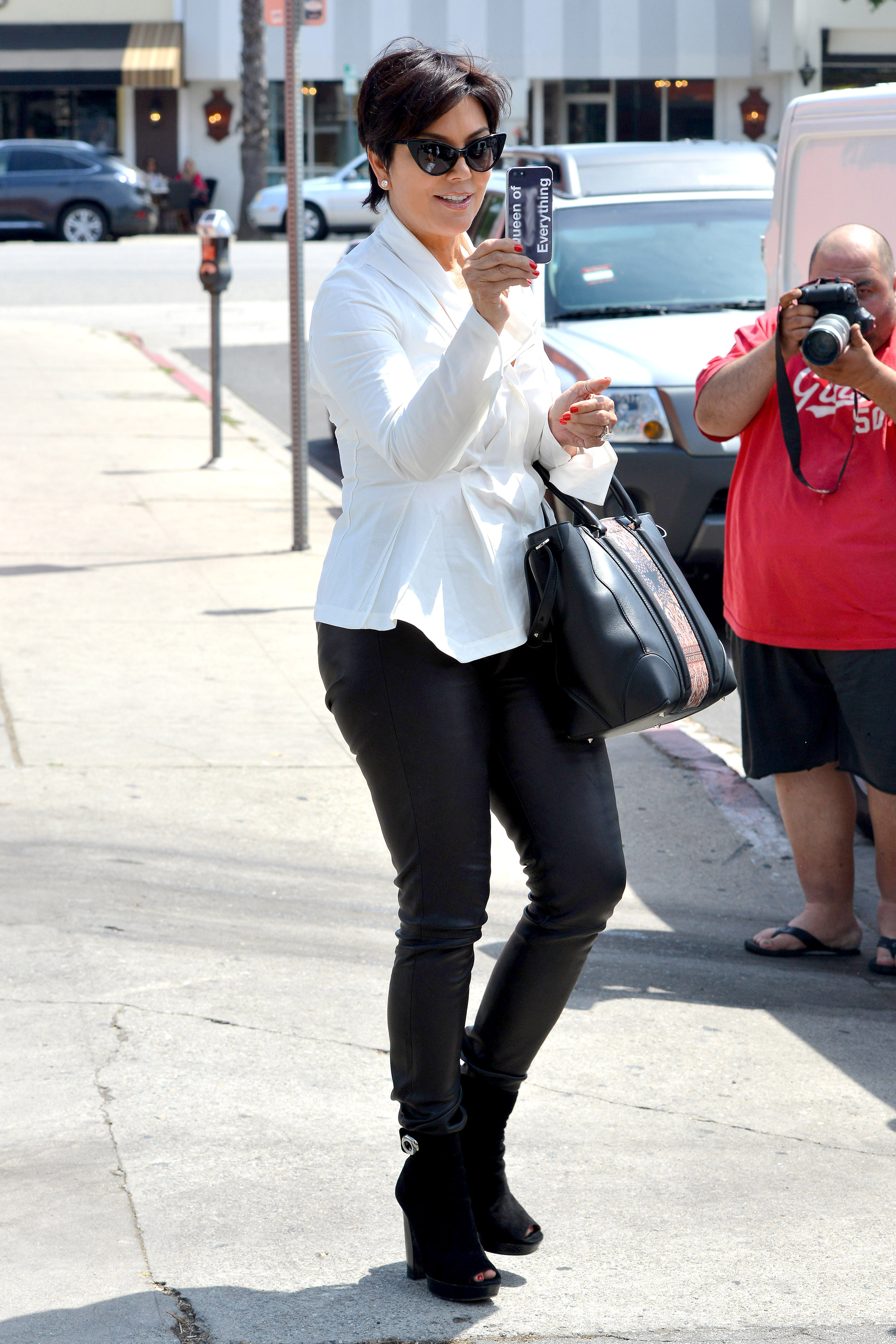 kris jenner takes pic of paps