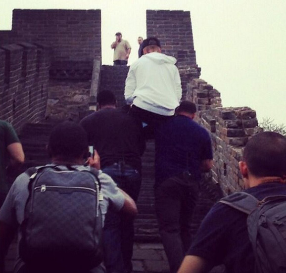 justin bieber great wall carried bodyguards
