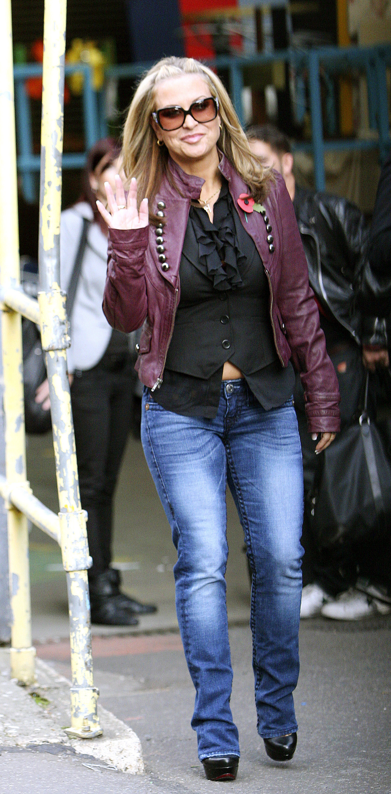 anastacia waving to fans