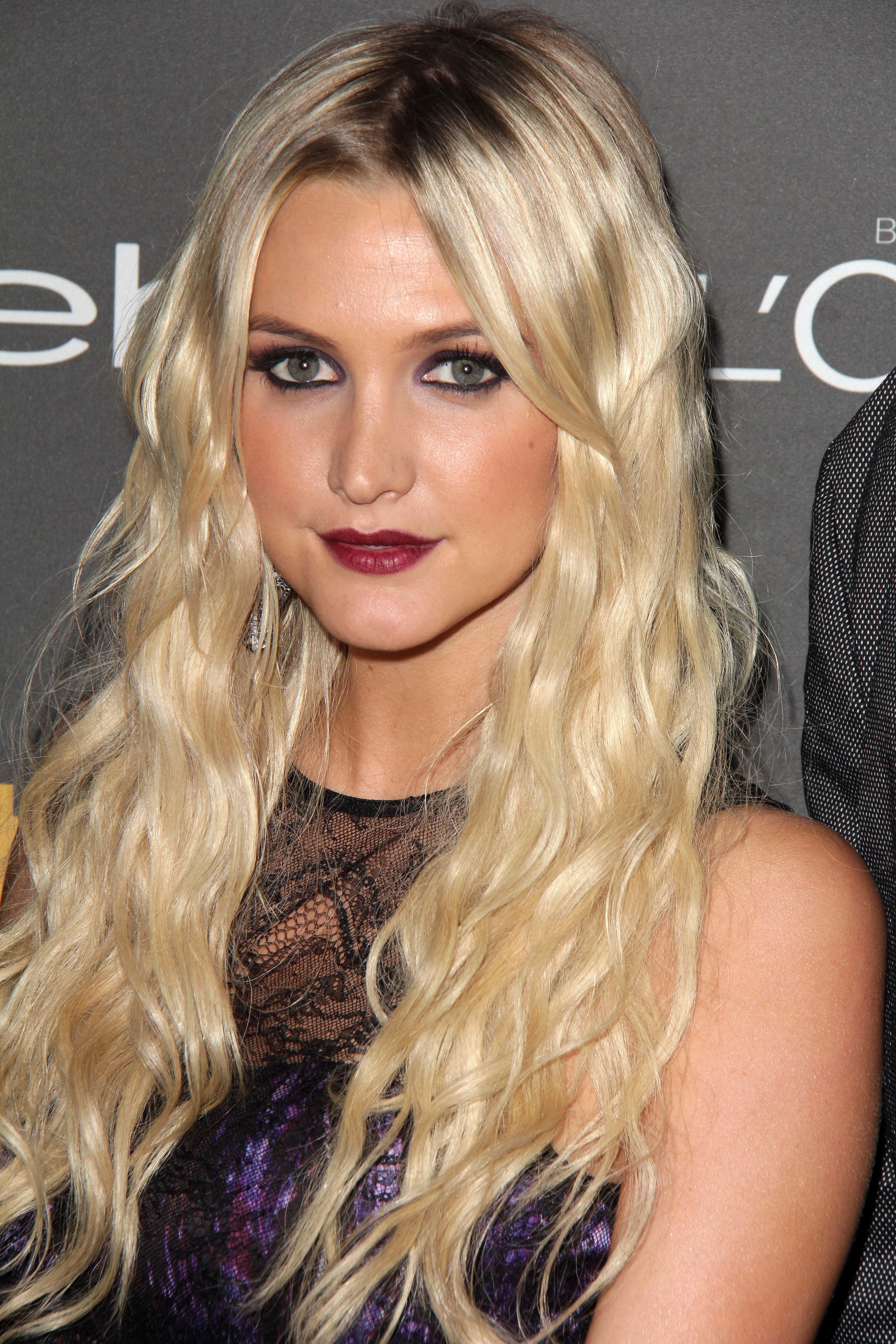 Ashlee simpson dark lipstick