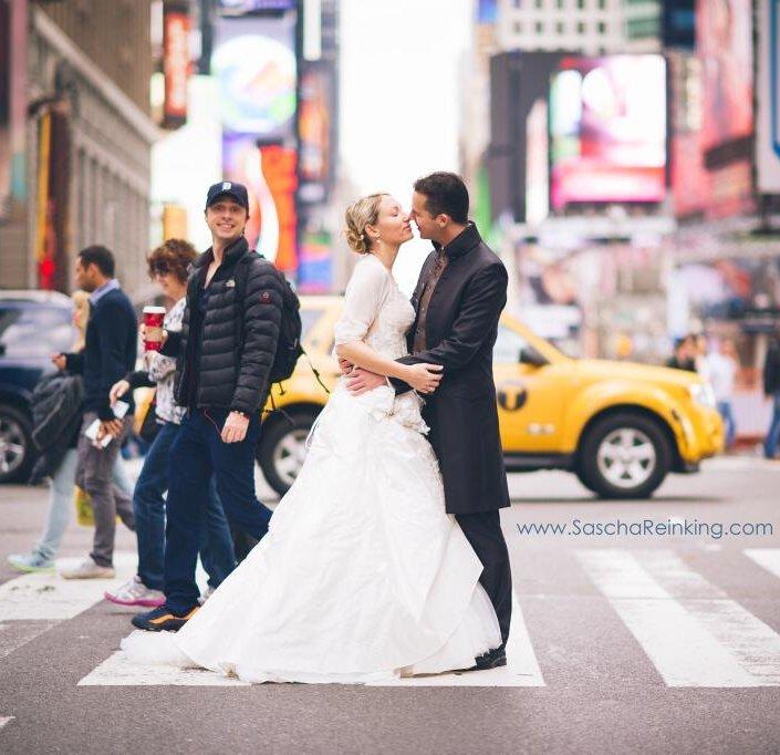 Zach Braff newlywed photobomb