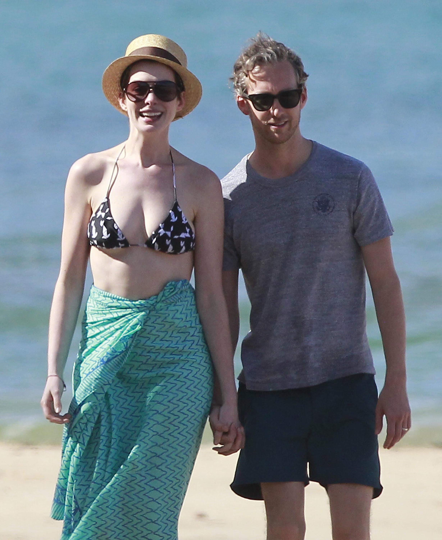 Anne Hathaway Adam Schulman beach
