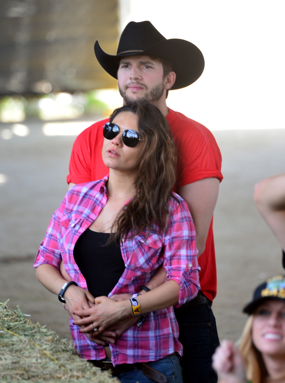 Ashton Kutcher Mila Kunis bump