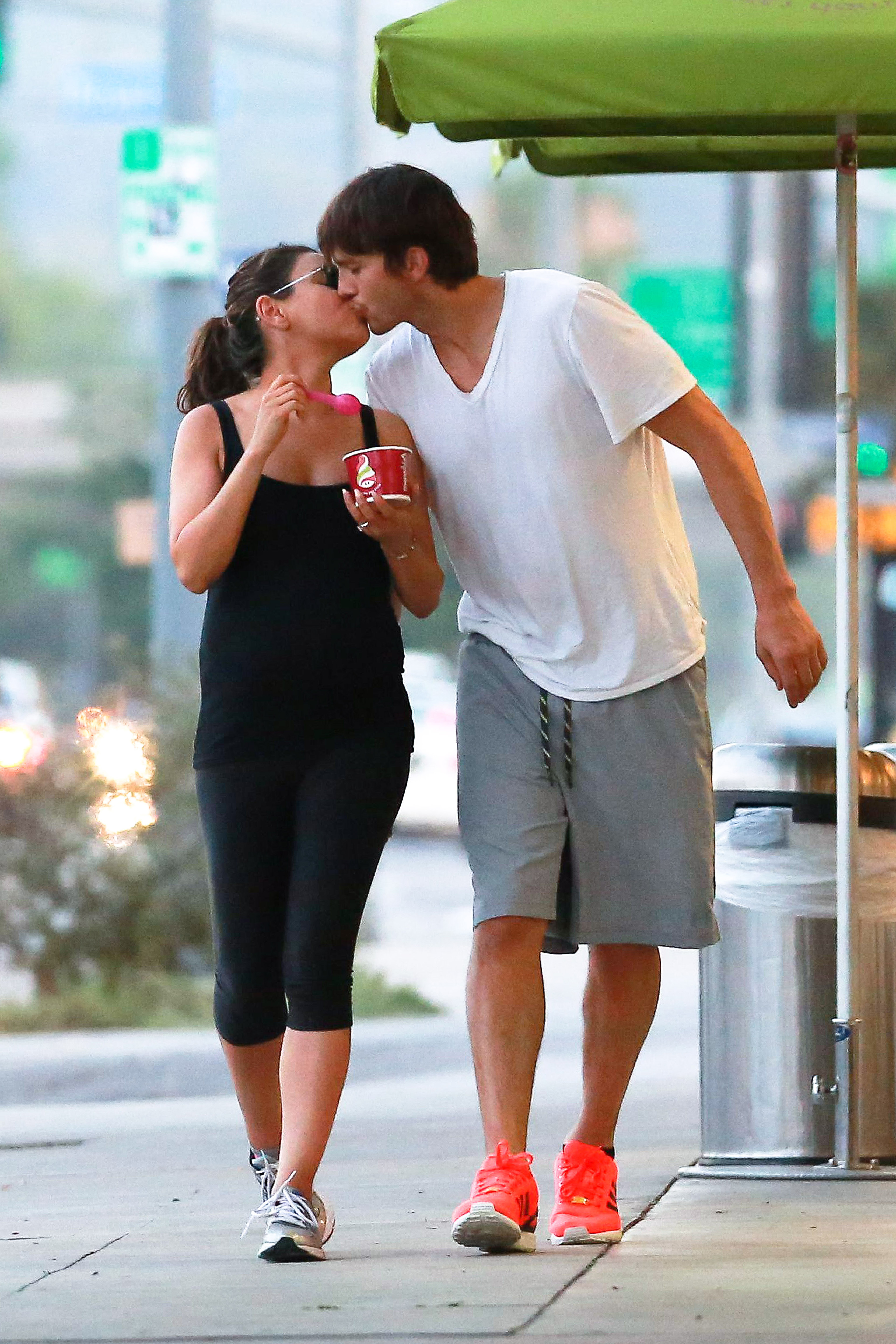 mila kunis ashton kutcher kiss