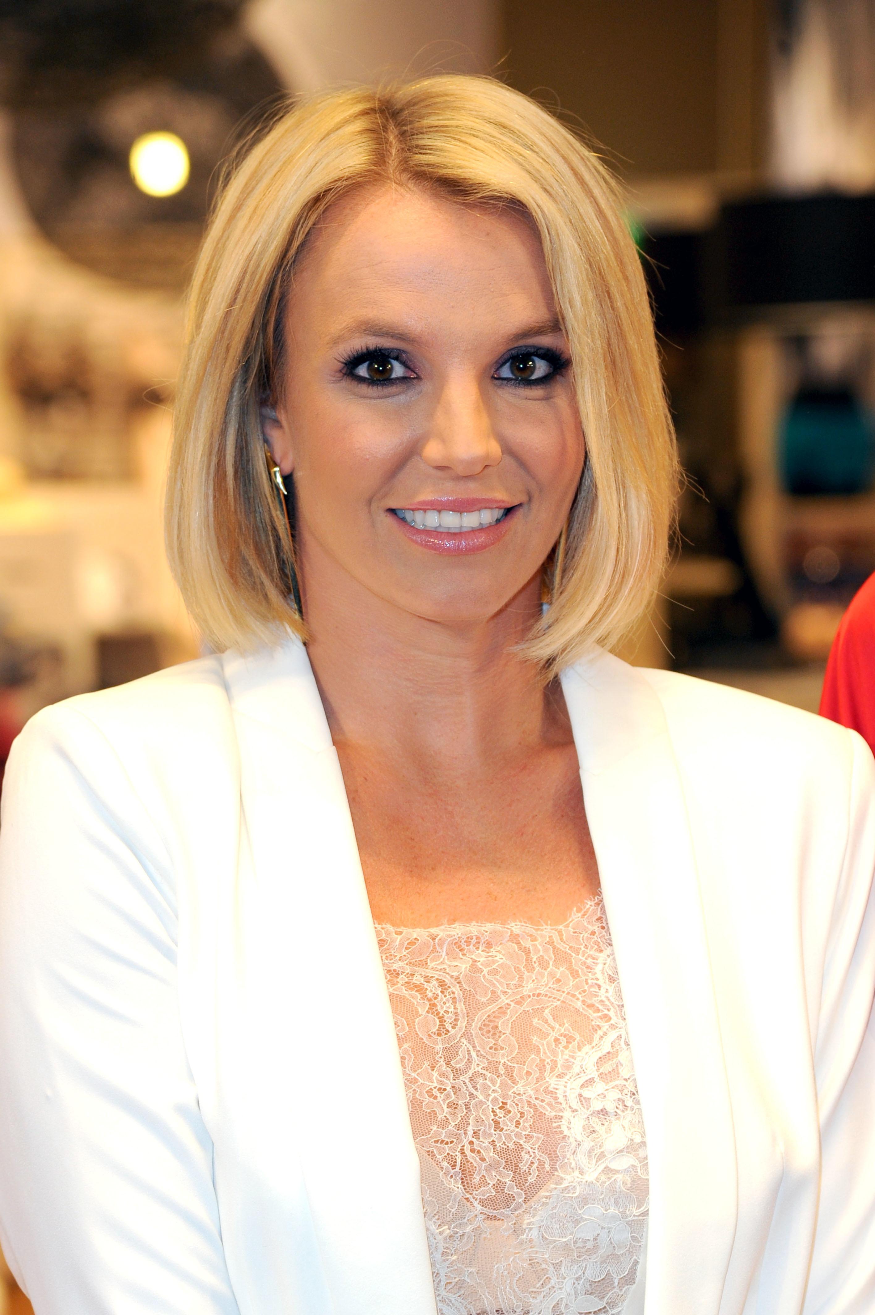 Britney Spears reveals sleek new bob