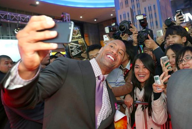 The Rock sets a world record for selfies