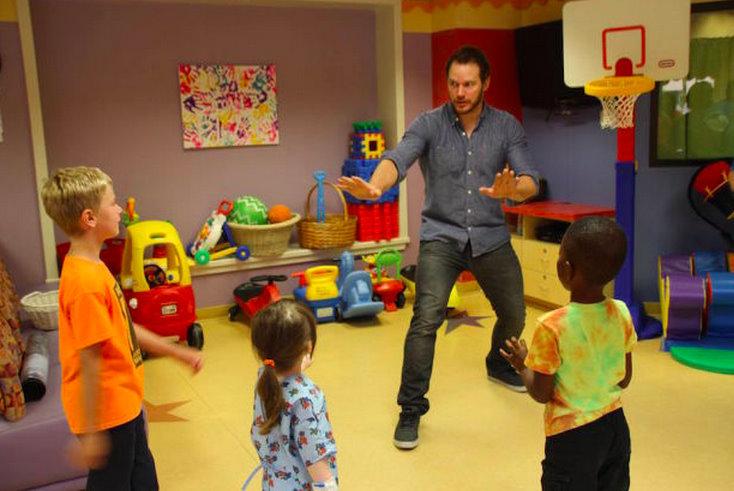 Chris Pratt brings his raptor training game to a children's hospital