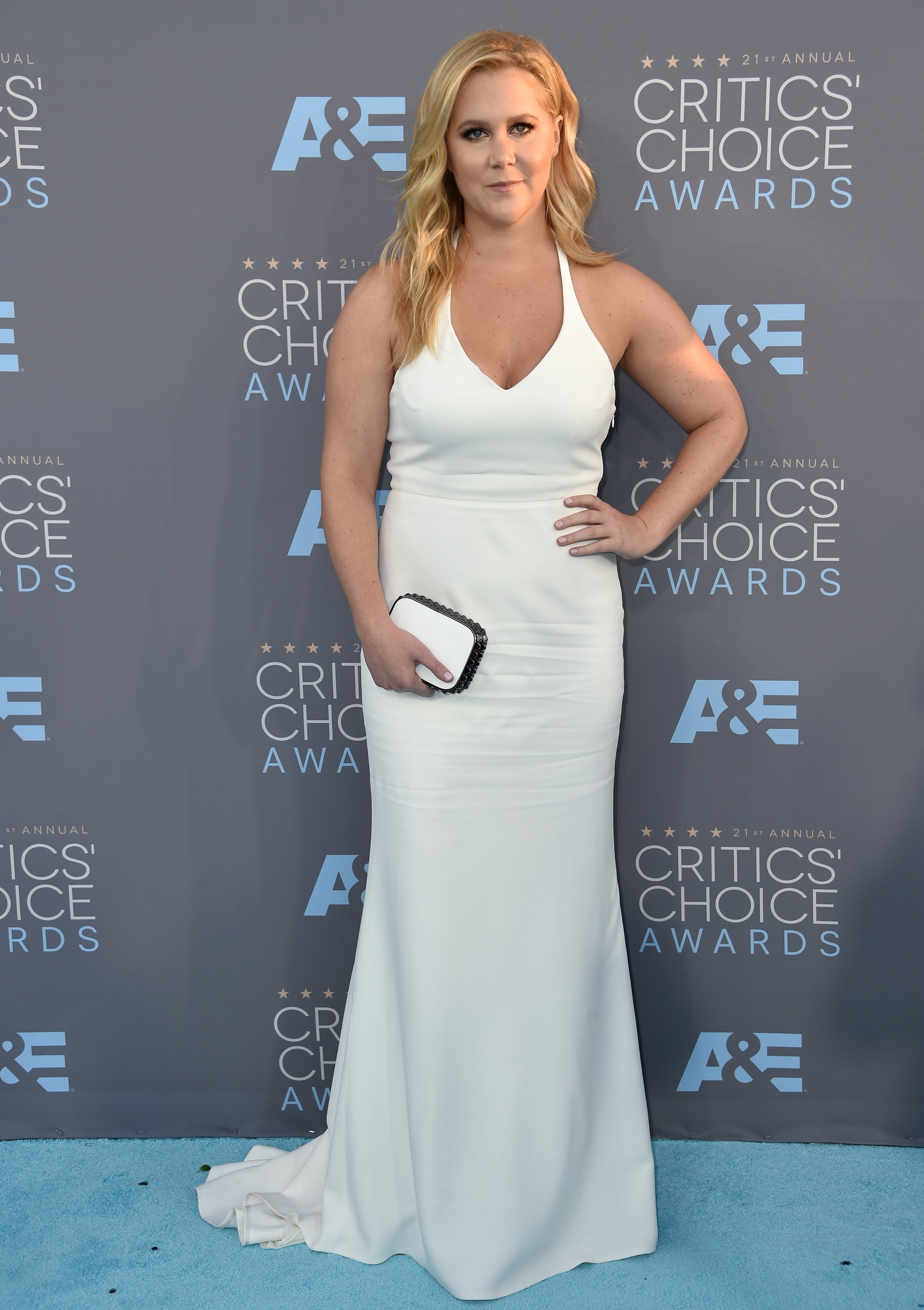 Amy Schumer accused of inciting death threats after posting photog pic