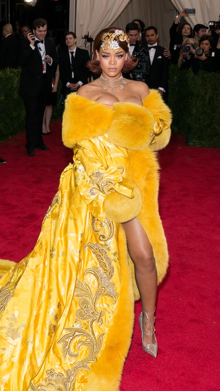 Rihanna delays tour