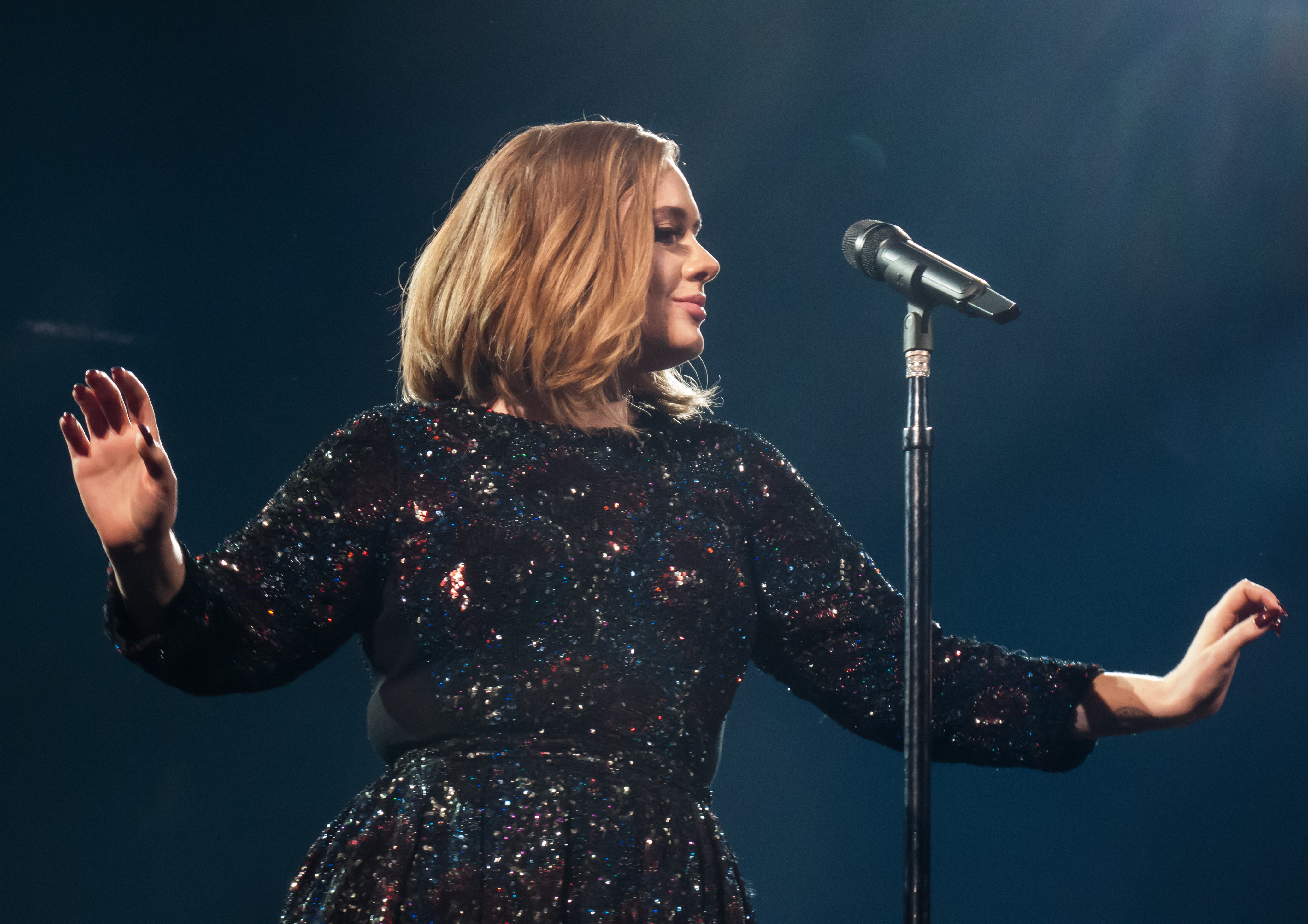 Adele honors Brussels with Bob Dylan song