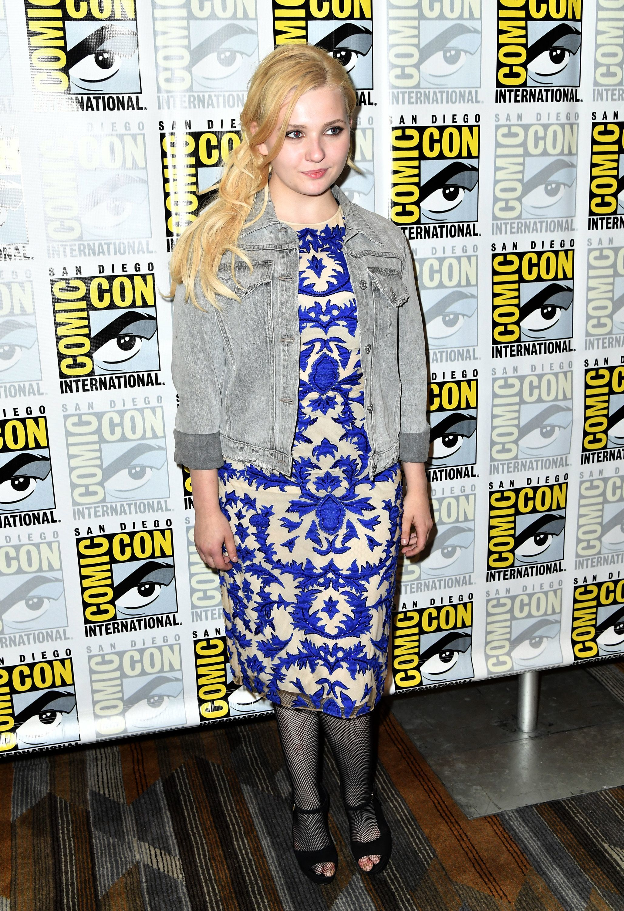 Abigail Breslin works on her cat lady persona