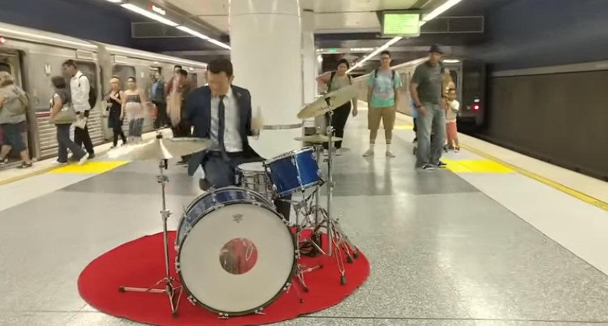 Joseph Gordon Levitt plays drums on NYC subway platform, gets ignored