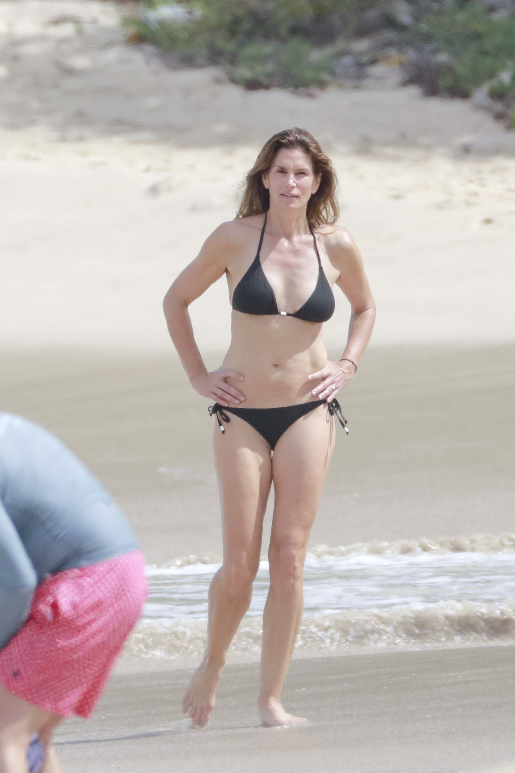 Cindy Crawford and husband Rande Gerber have a beach day in St Bart's on Feb. 18, 2016.