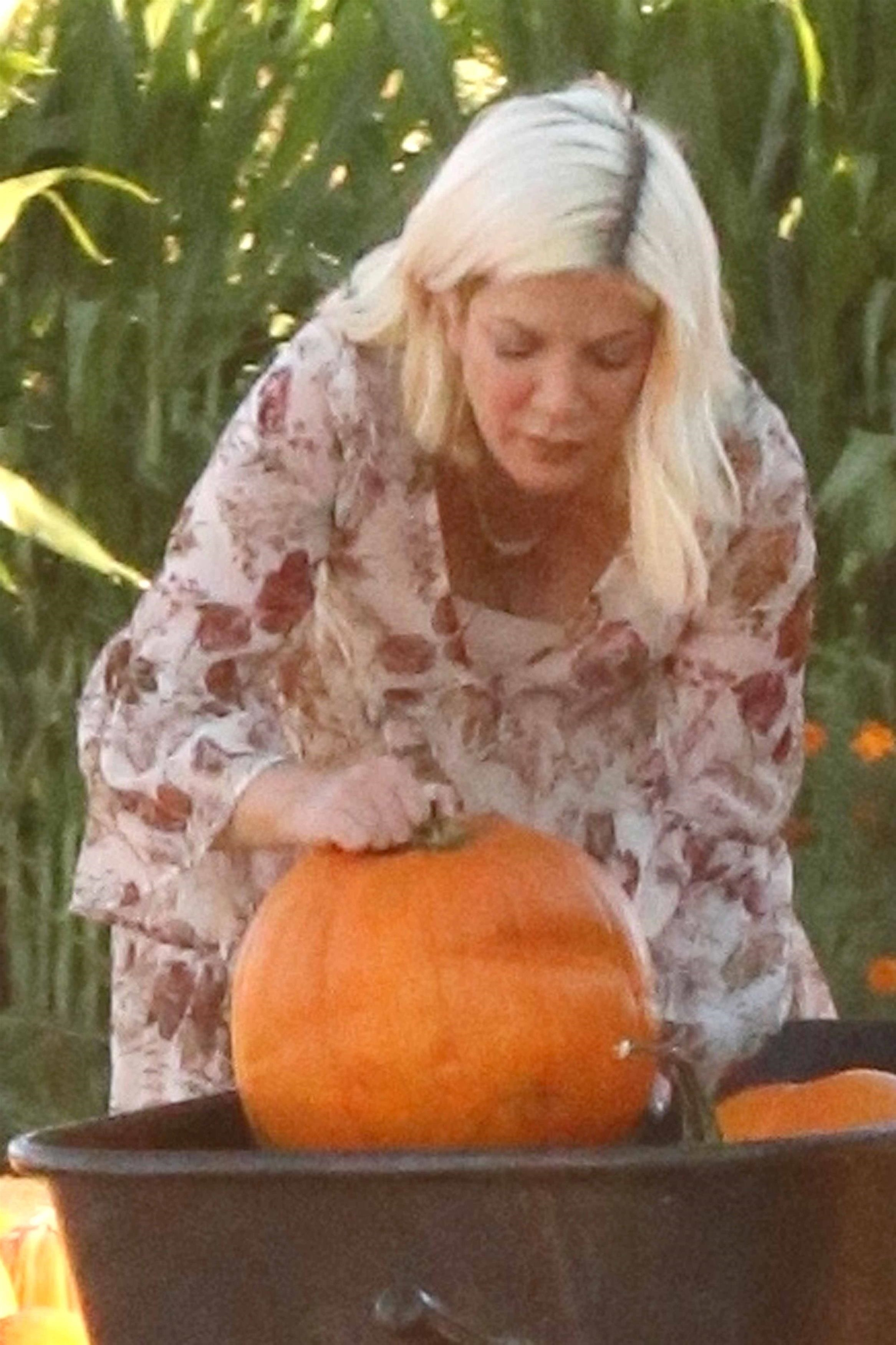 Tori Spelling takes her kids to a pumpkin patch in Los Angeles on Oct. 15, 2017.