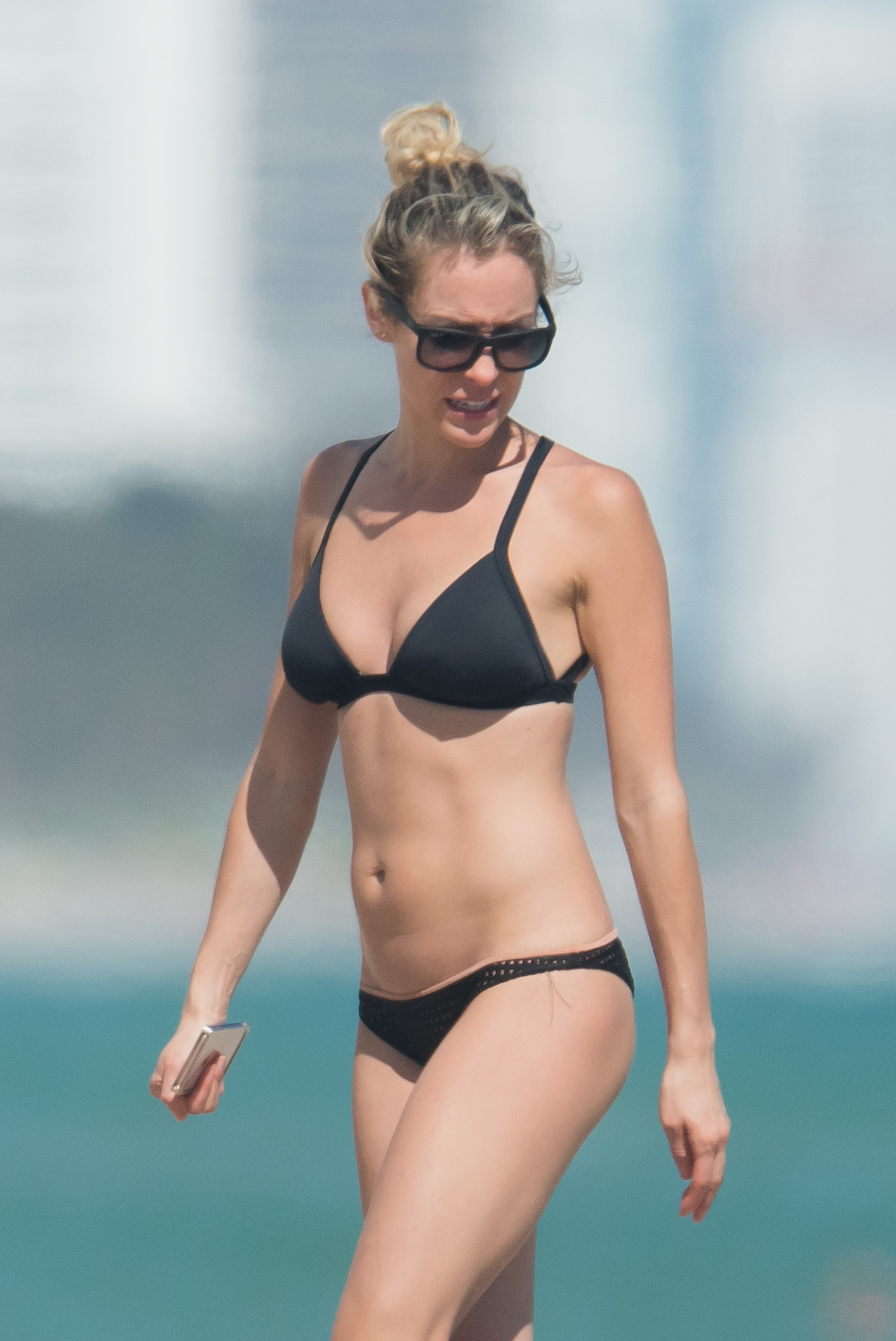 Kristin Cavallari enjoys a beach day in south Florida on Nov. 5, 2017.