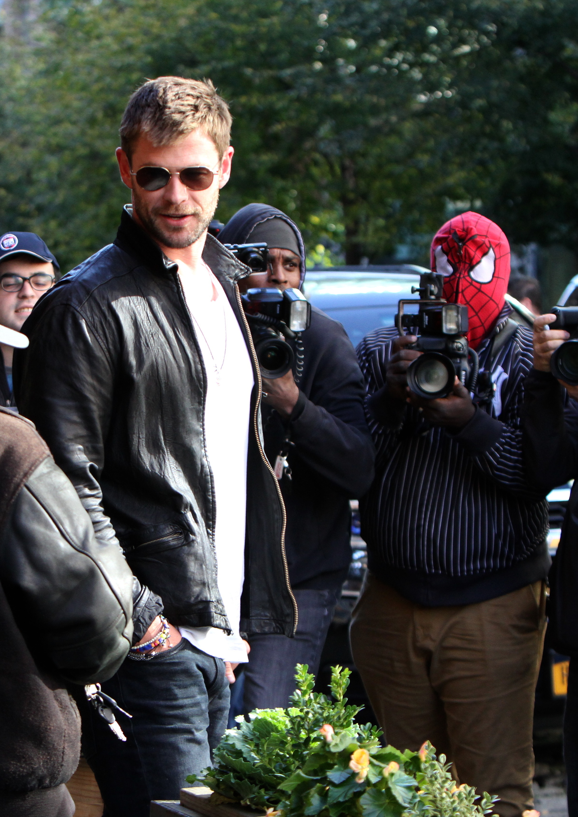 Chris Hemsworth smiles at paparazzi in New York City on Oct. 30, 2017.