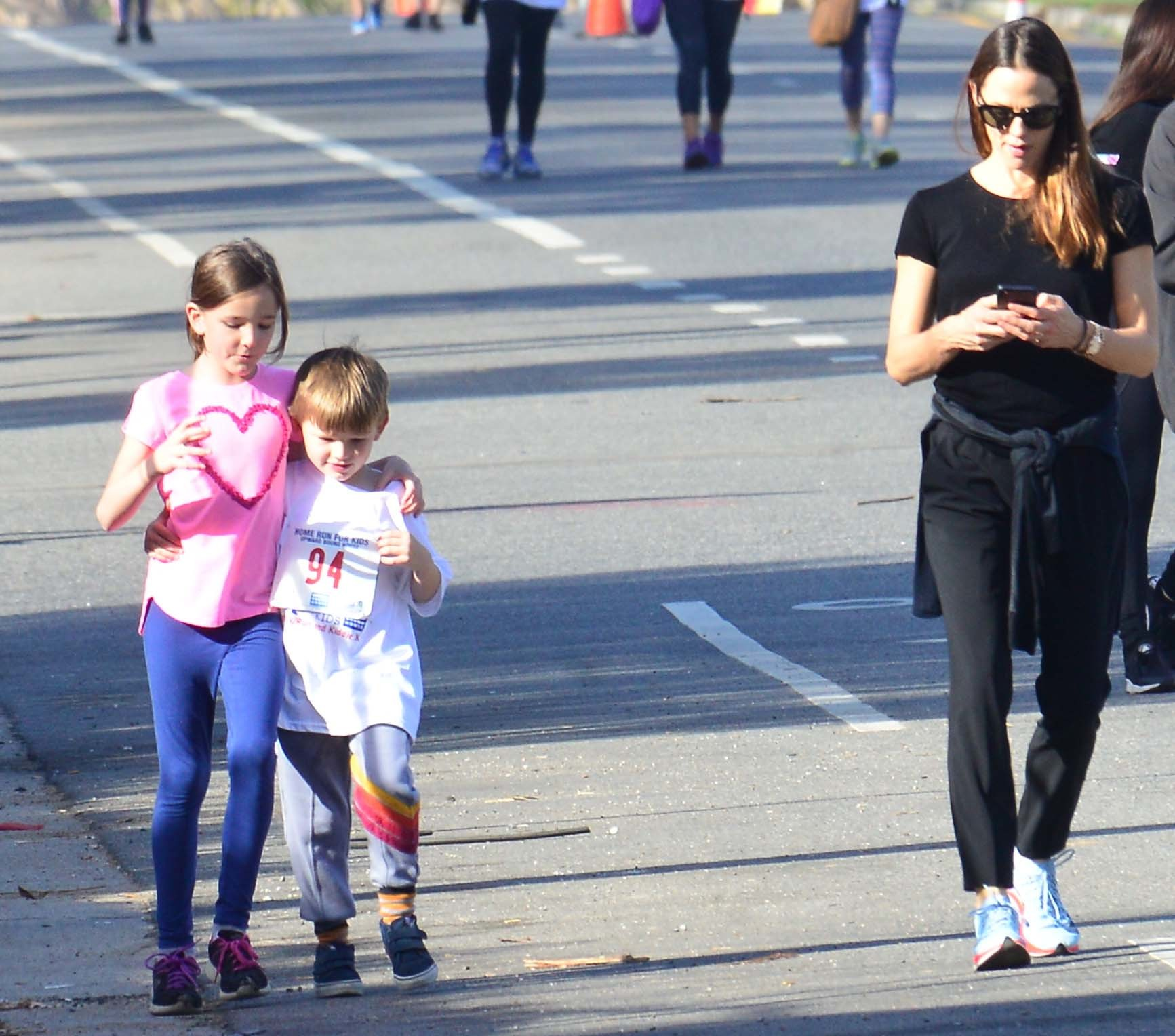 Jennifer Garner runs charity race before selling Girl Scout cookies at local grocery store