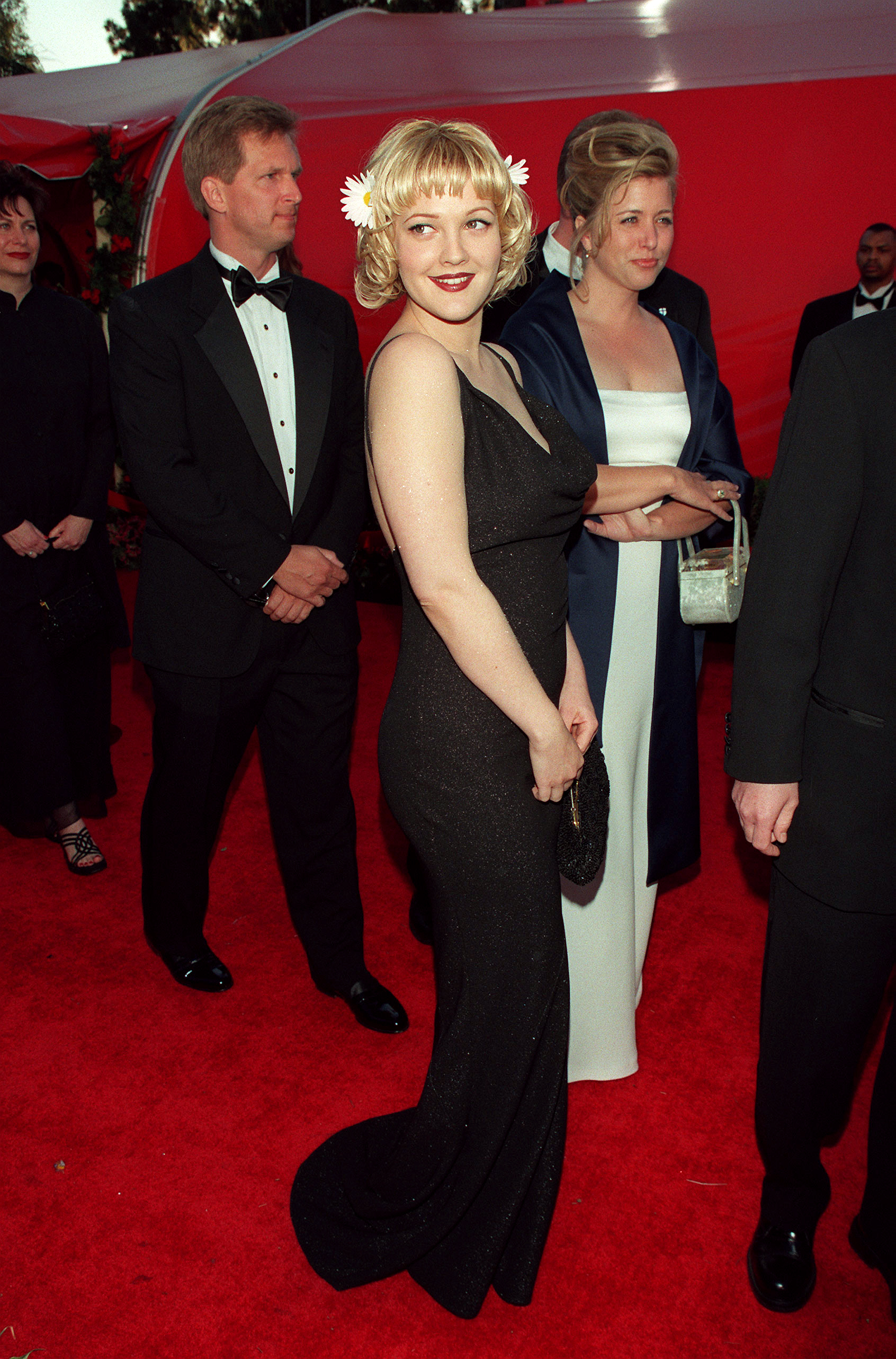 Drew Barrymore arrives at the Shrine auditorium for the 70th annual Academy Awards in Los Angeles on March 23, 1998.
