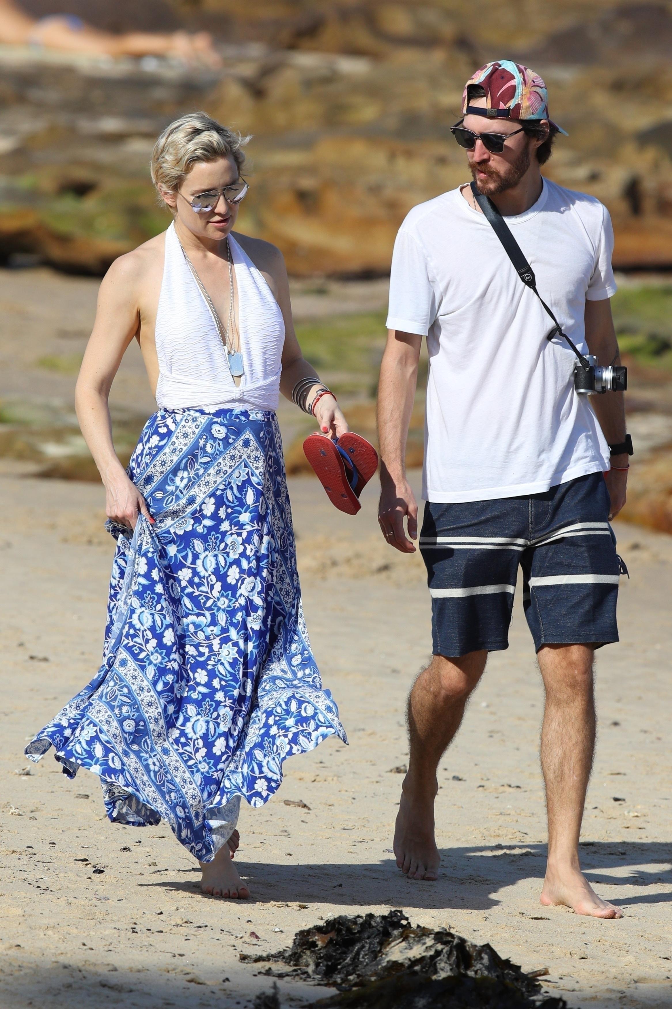 Kate Hudson and boyfriend Danny Fujikawa enjoy each other's company as they take an evening stroll on Balmoral Beach in Mosman, Australia, on Feb. 18, 2018.