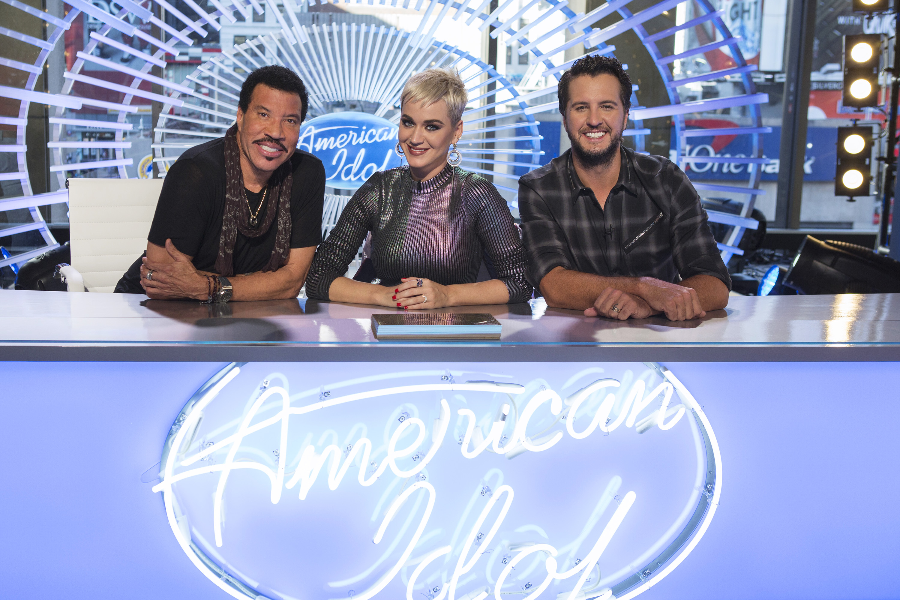 """American Idol"" contestants are hooking up behind the scenes"