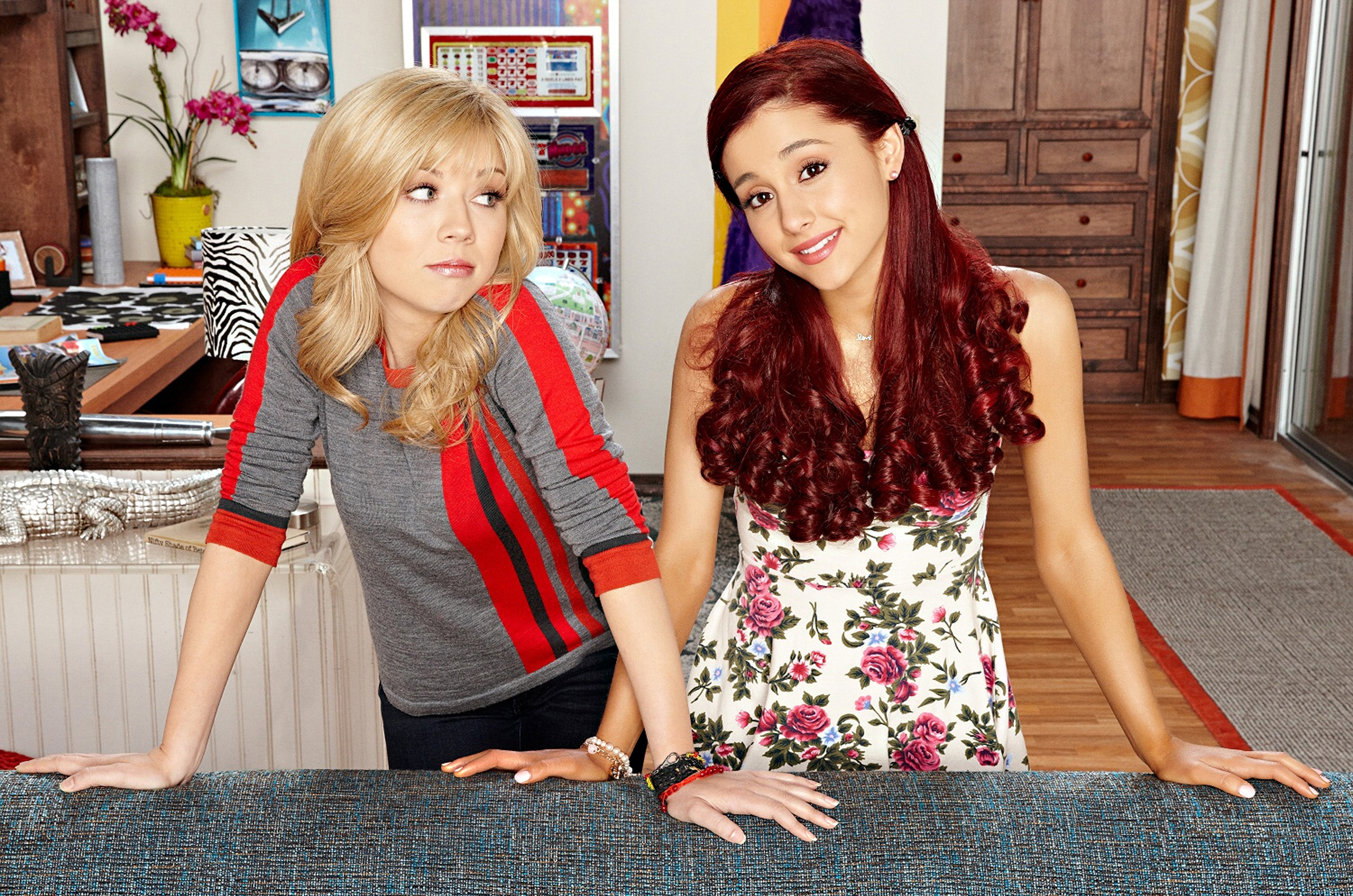"""Jennette McCurdy and Ariana Grande in a promotional photo for Season 1 of Nickelodeon's """"Sam & Cat"""" in 2013."""